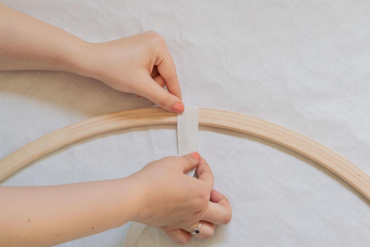 Schritt zwei der DIY Hochzeitsdeko: Bänder an den Reifen befestigen