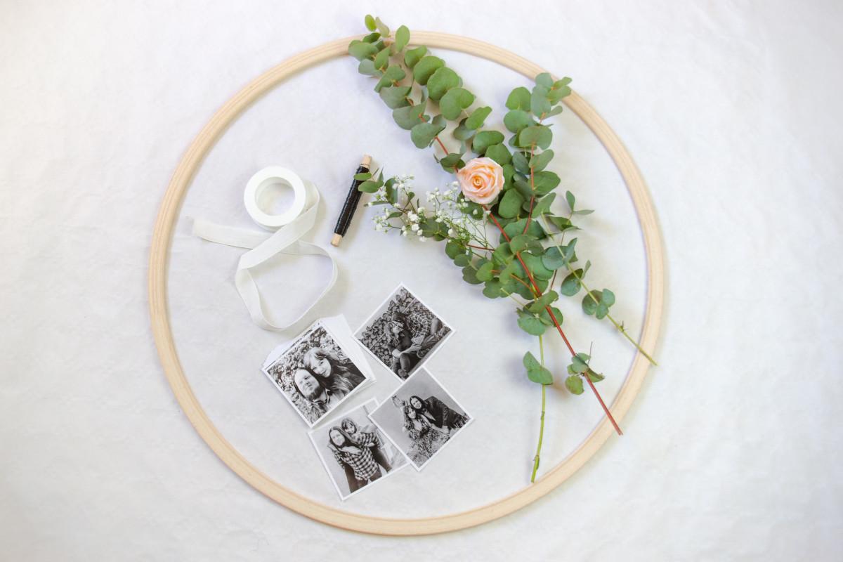 Die Materialien zum Basteln der Hochzeitsdeko: Holzreifen, Fotos, Schleifenband, Draht, Blumen