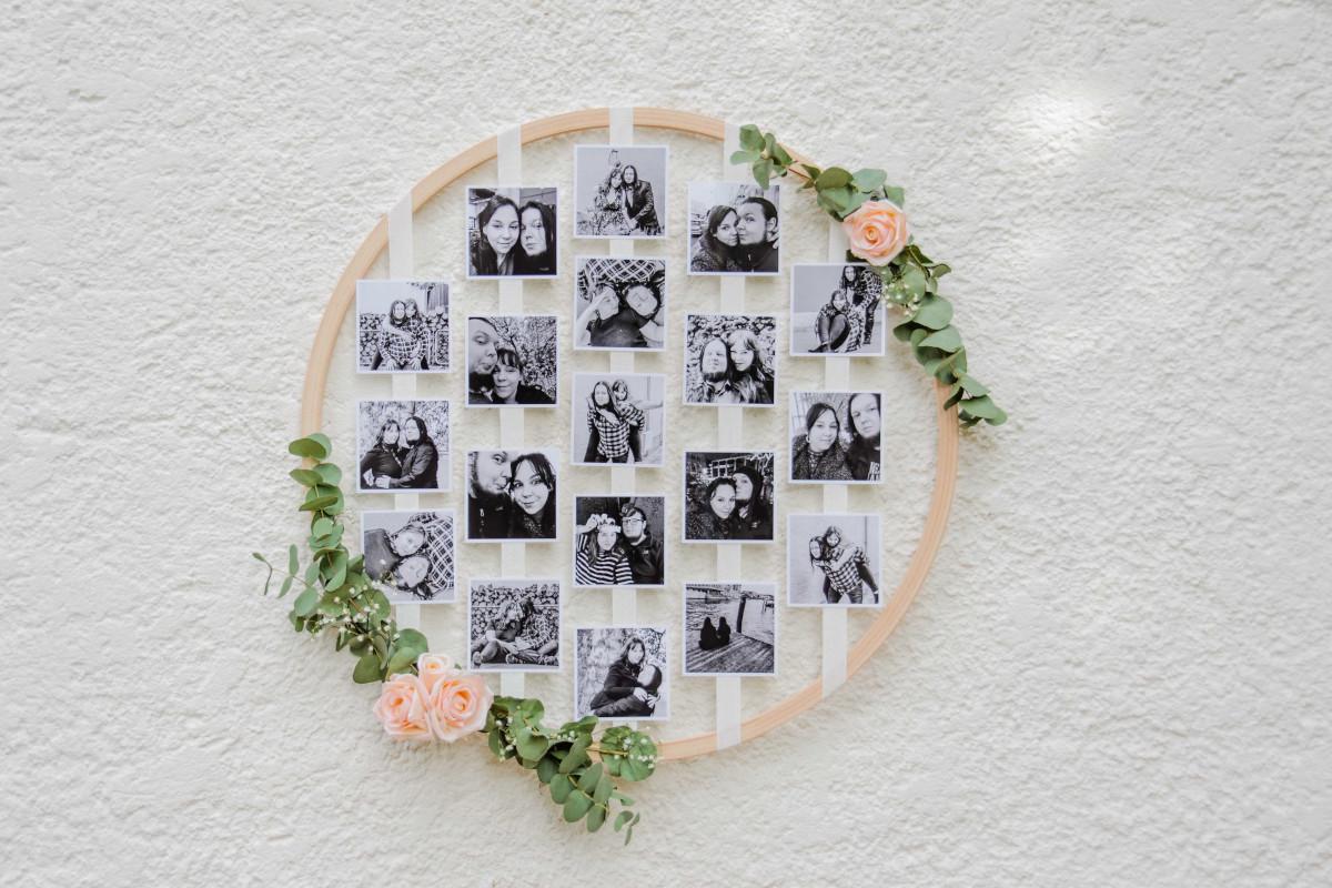 So sieht der fertige Holzreifen mit Fotos auf Schleifenband und Blumenschmuck aus.