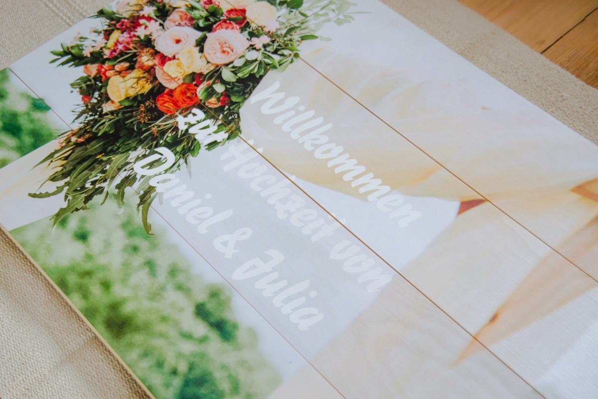die fertige Willkommenstafael als Hochzeitsdeko aus einem Pixum Foto auf Holz im Detail