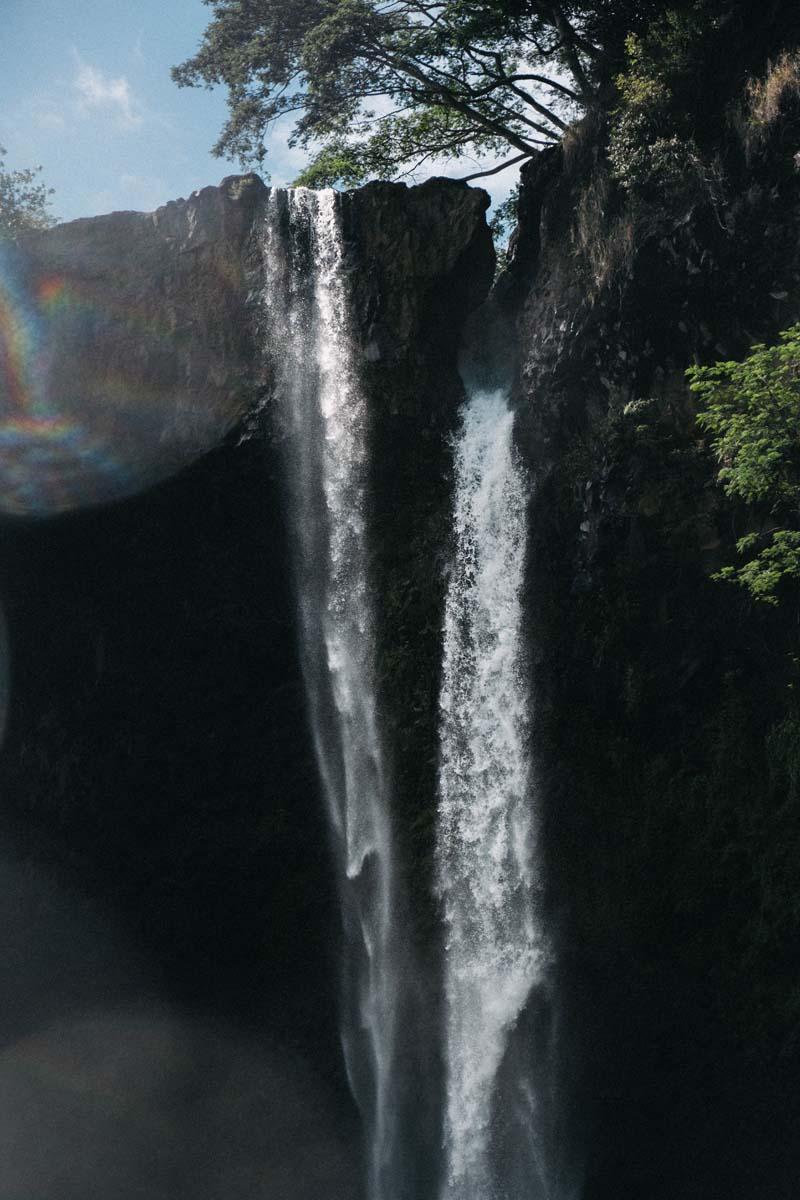 Landschaftsaufnahme von einem Wasserfall.