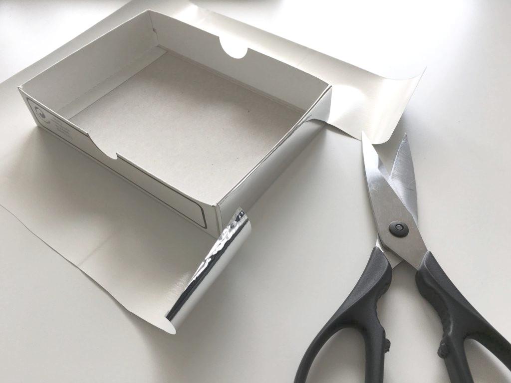 Die Box rund um mit der Spiegelfolie bekleben