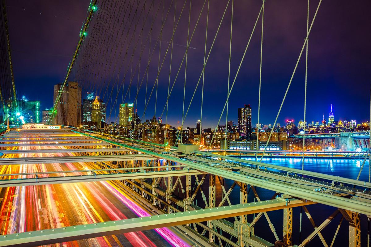 Eine befahrende Brücke bei Nacht.