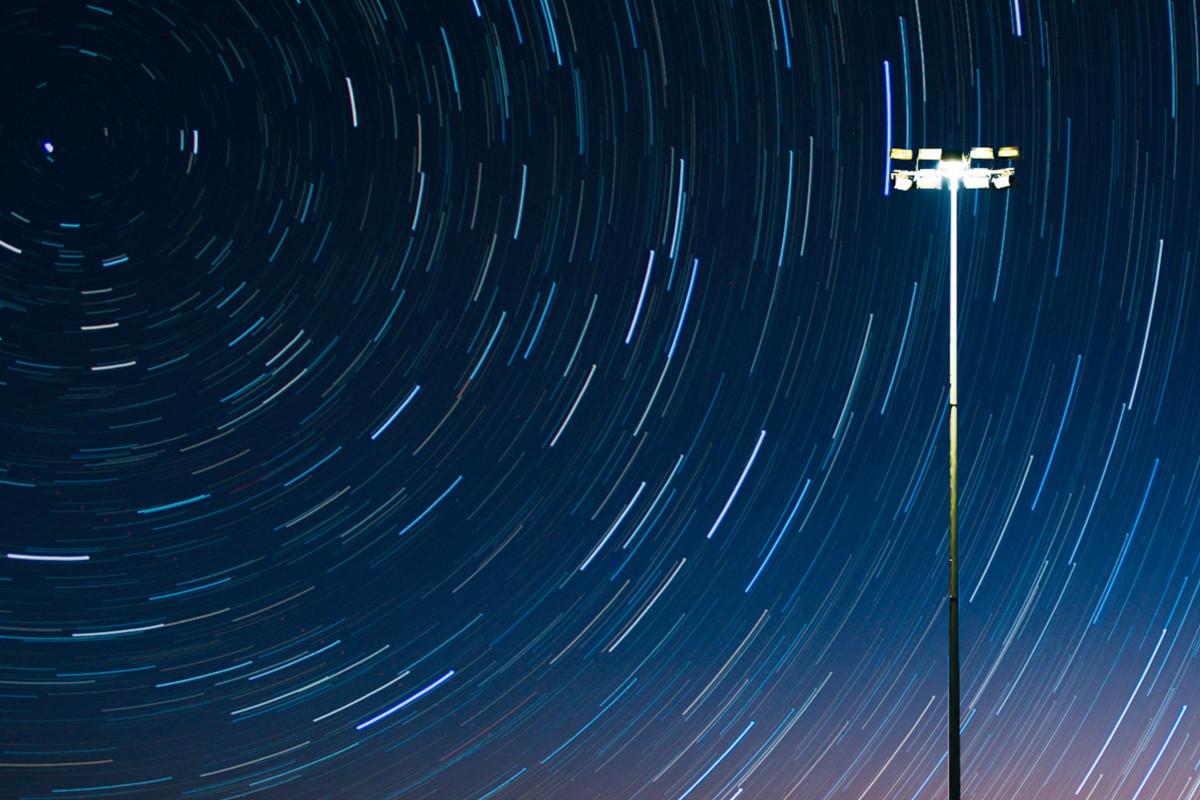 Die Bewegungen am Himmel werden bei Langzeitbelichtung zu Strichen.