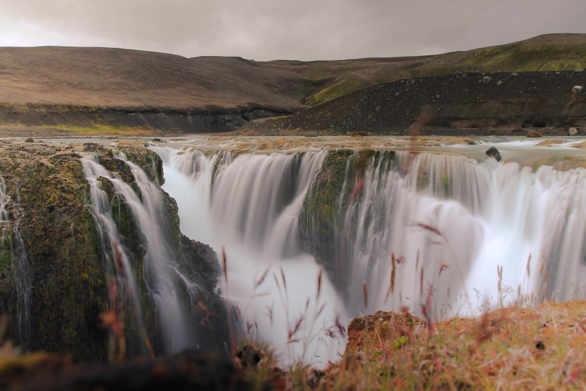Wasser fließt über einen Wasserfall in die Schlucht.