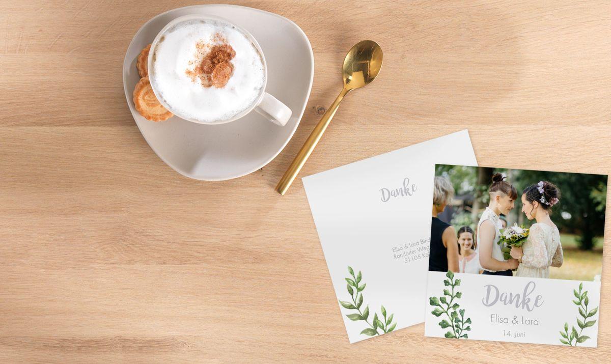 Danksagungskarten zur Hochzeit auf einem Tisch.