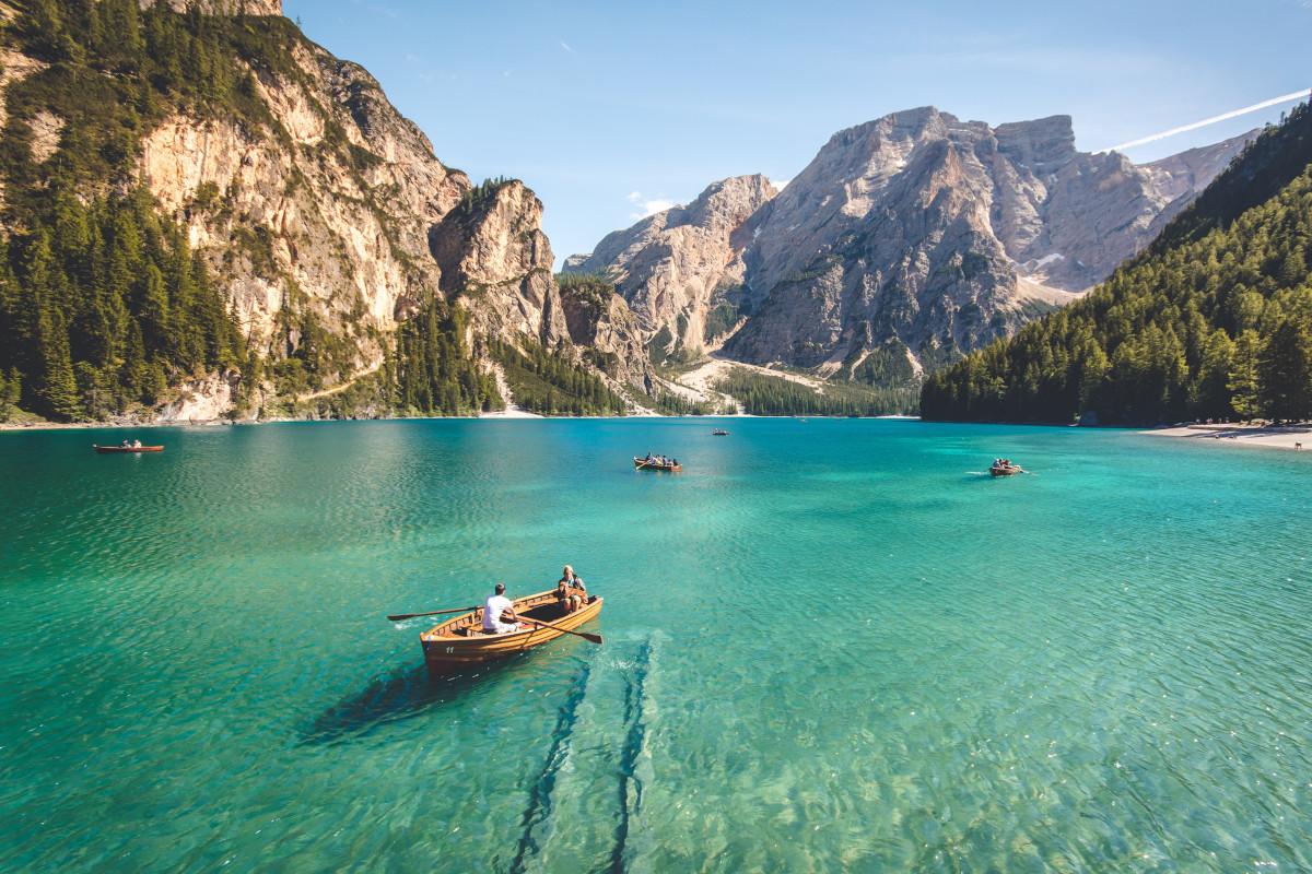 Kristallklarer Bergsee mit Booten.