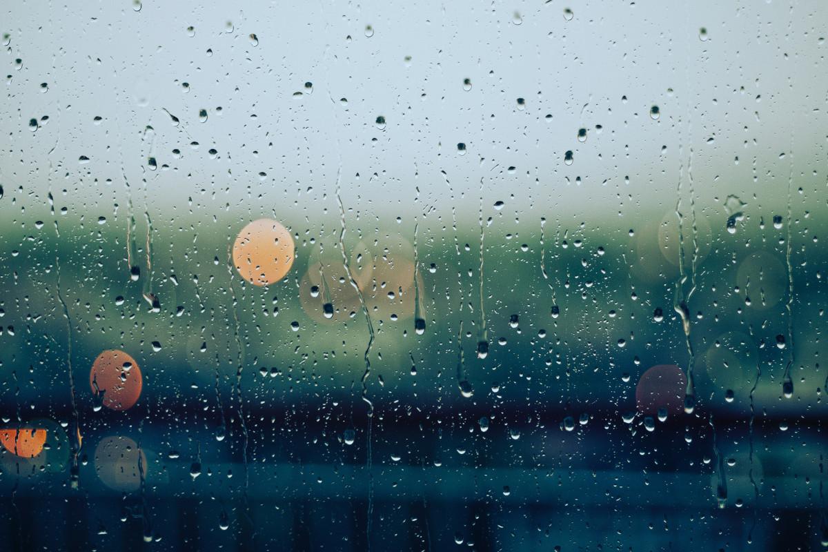 Glasscheibe mit Regentropfen.