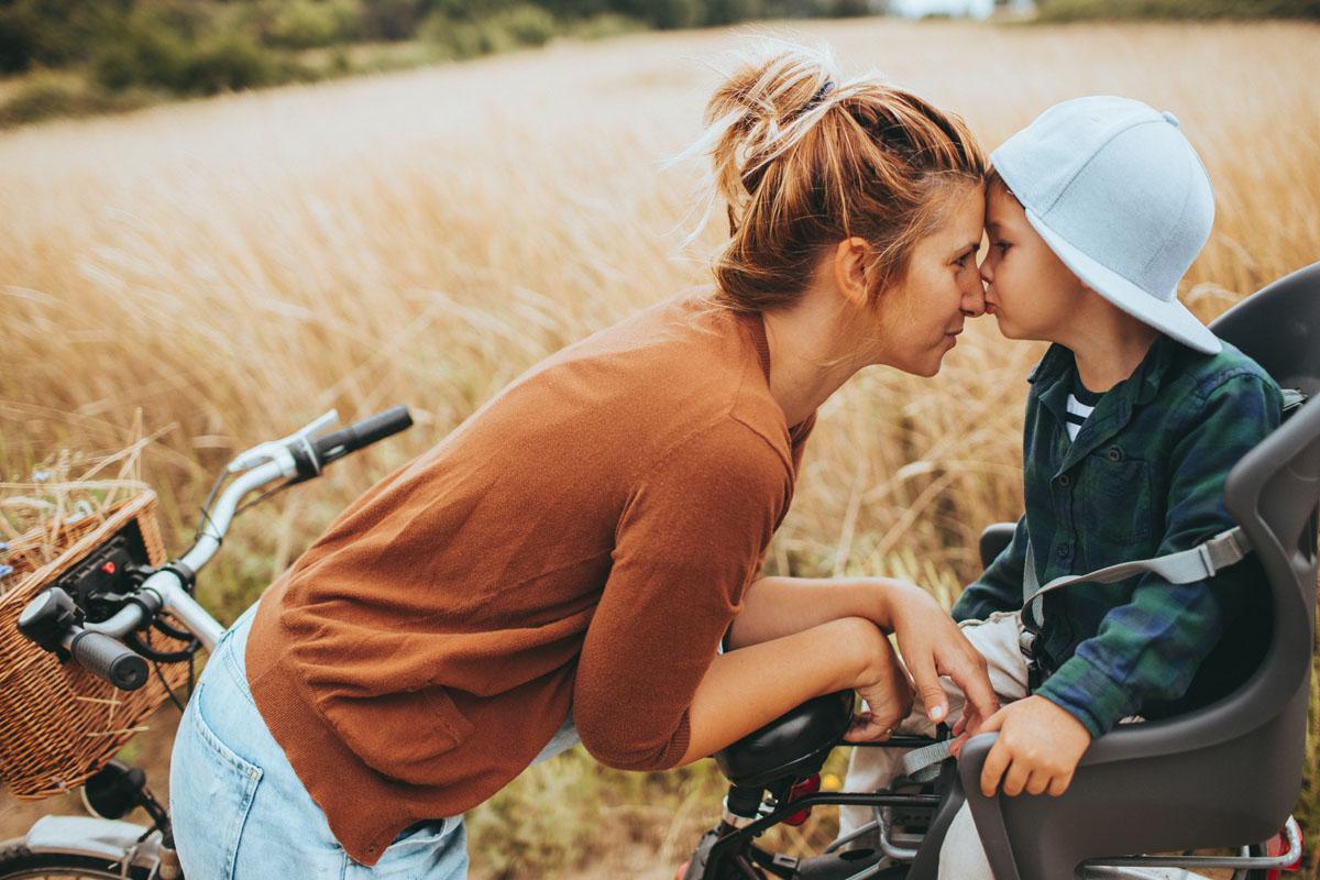 Mutter mit Kind auf dem Fahrrad