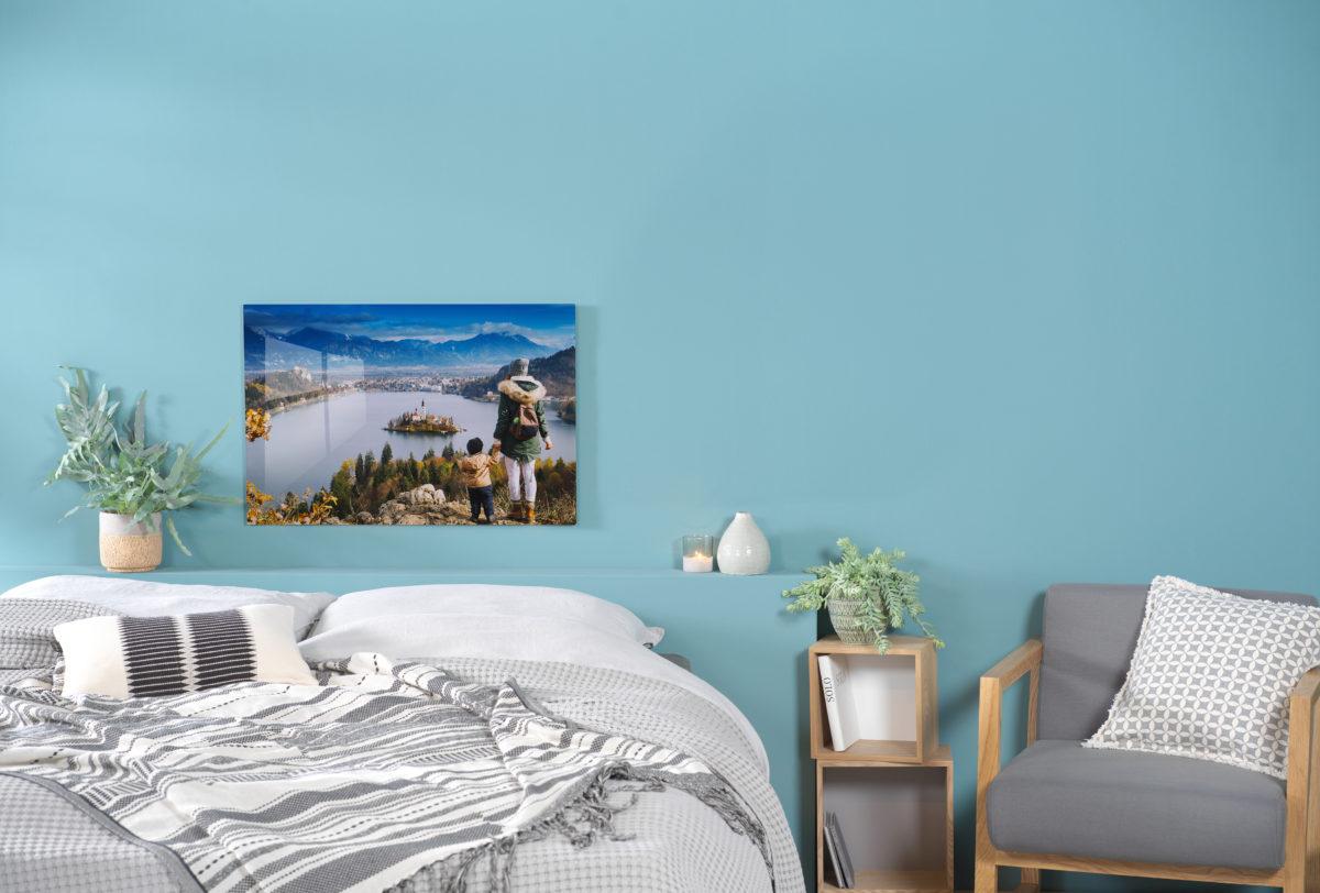 Foto einer Mama mit ihrem Kind auf einem Wandbild hinter einem Bett
