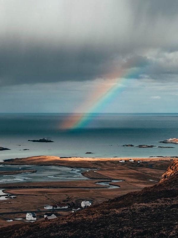 Regenbogen bei Wolkenbruch in Norwegen.