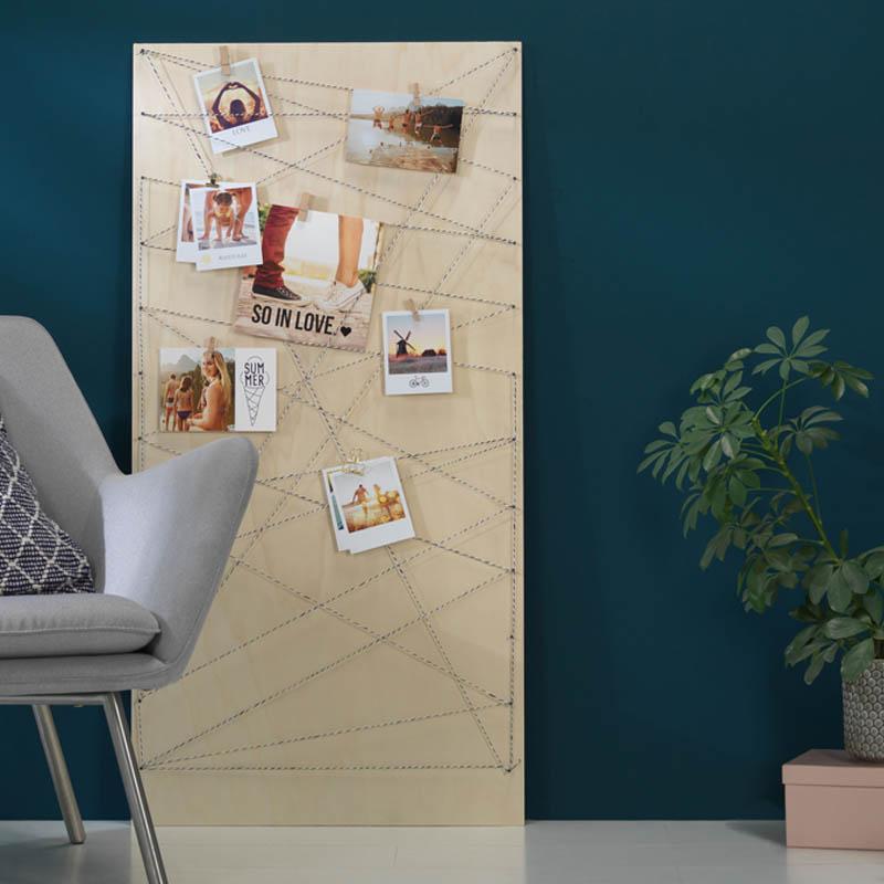 Pixum Retro-Fotos hängen an einer Holzwand.
