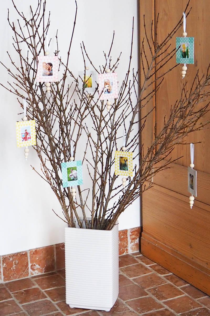 Fotoanhänger in Vase mit Zweigen