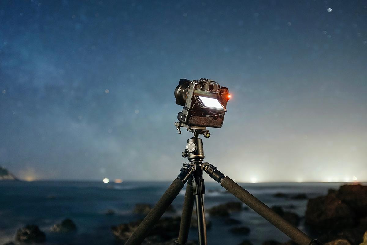 Kamera auf Stativ bei Nacht