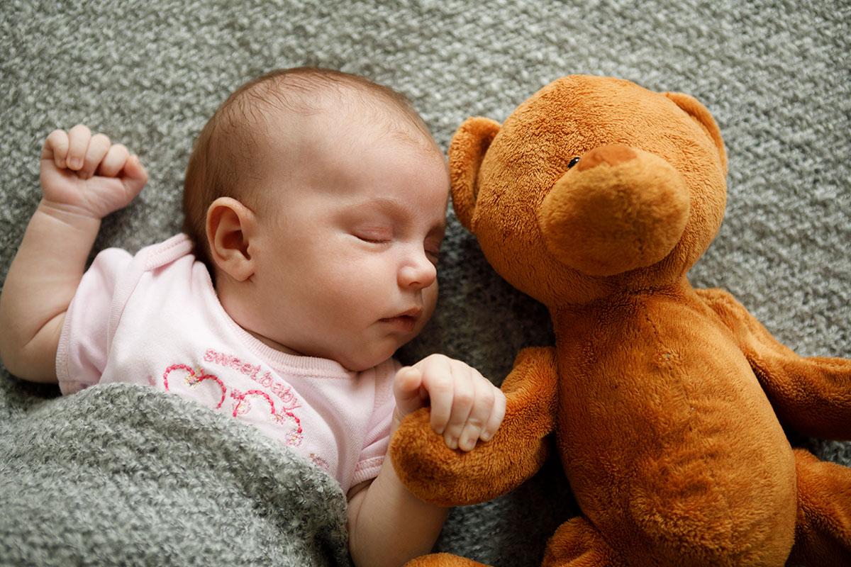 Baby von oben fotografiert mit Spielzeug