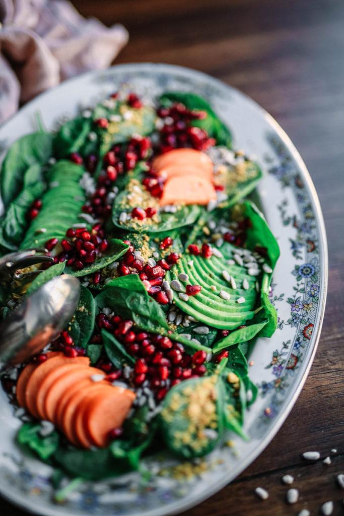 Salat mit Möhren und Granatapfelkernen von der Seite fotografiert