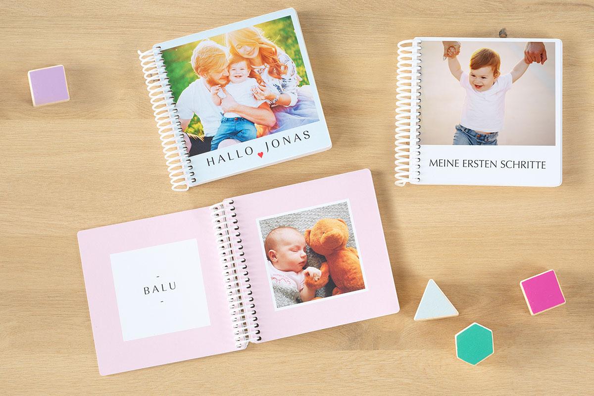 Pixum fotobuch Baby mit Spielsteinen.