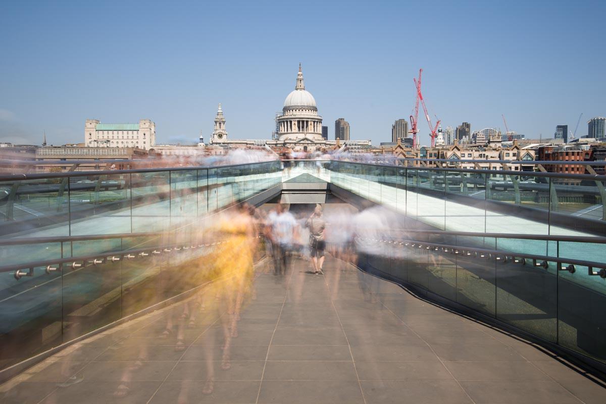 der Effekt von Langzeitbelichtung in der Großstadt zeigt, wie Menschen durch die Stadt laufen