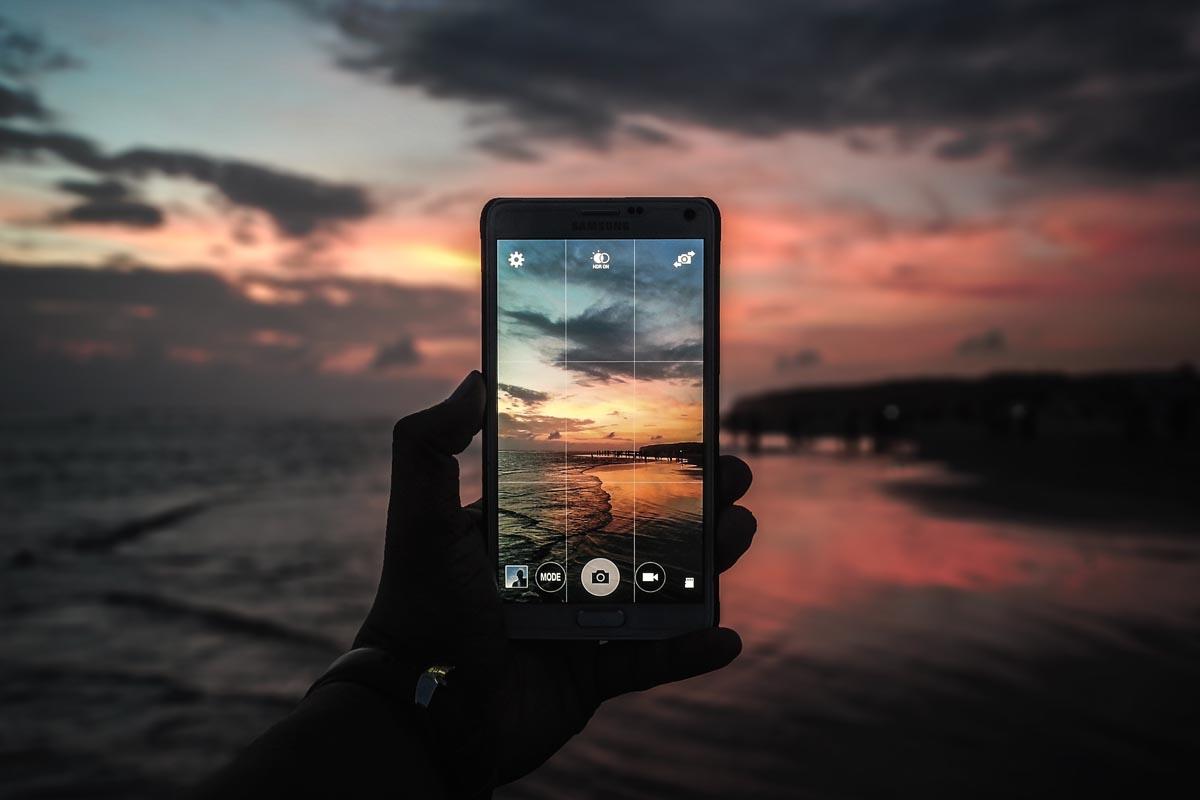 Bei einer Smartphone-Kamera werden Hilfslinien für den perfekten Bildaufbau genutzt