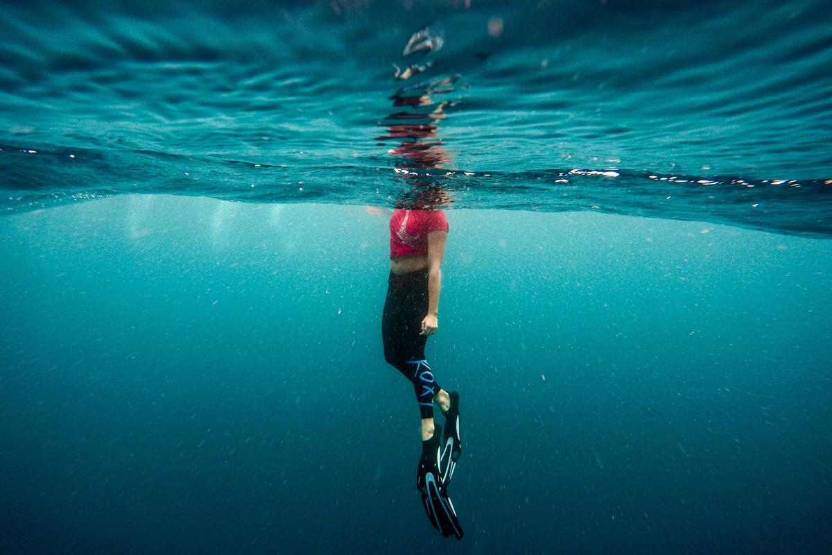 Frau im Wasser mit Schwimmflossen