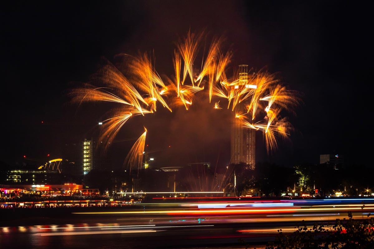 Feuerwerk über Großstadt