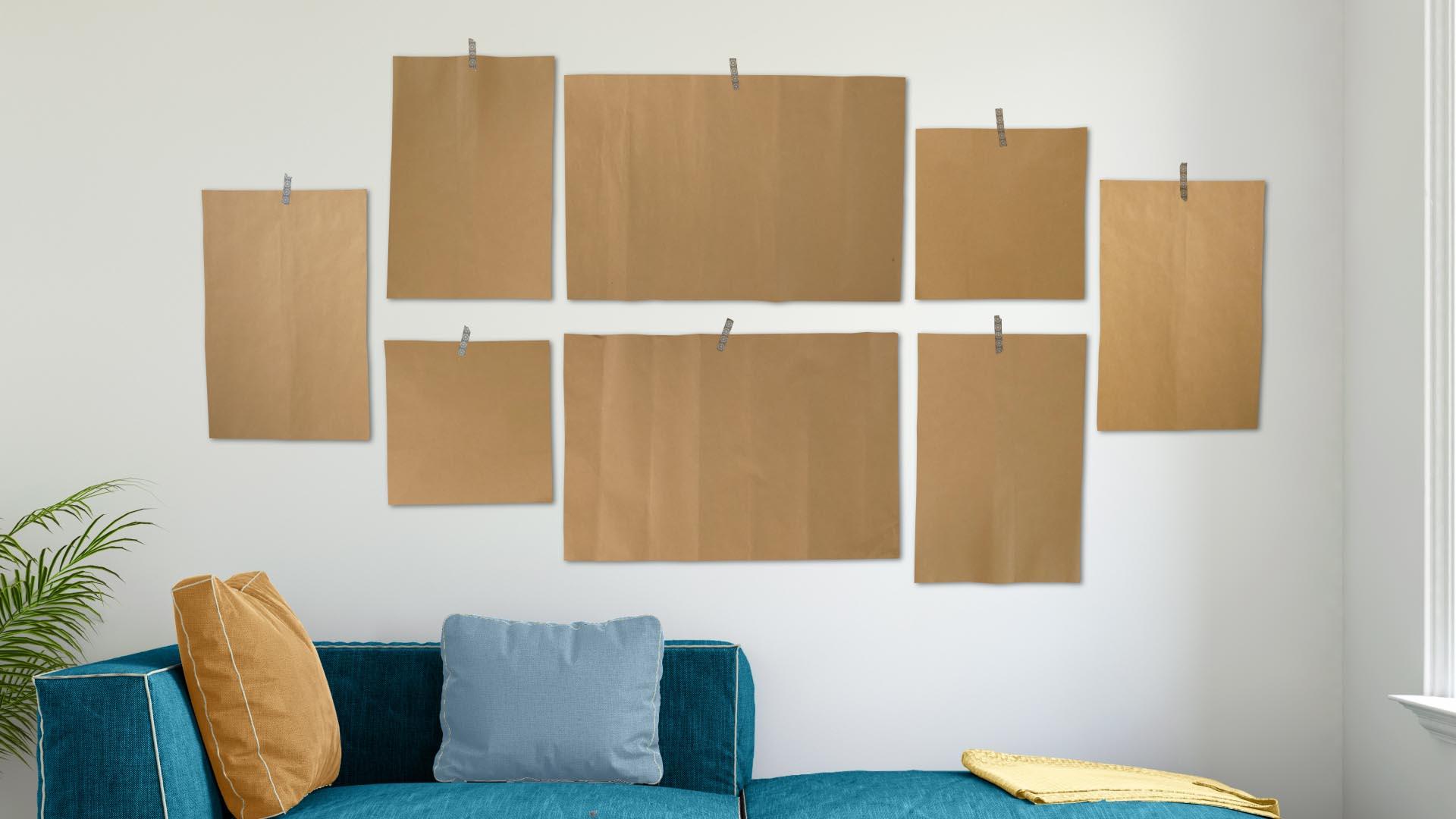 Schablonen an der Wand markieren, wo später die Bilder der Fotowand hängen sollen