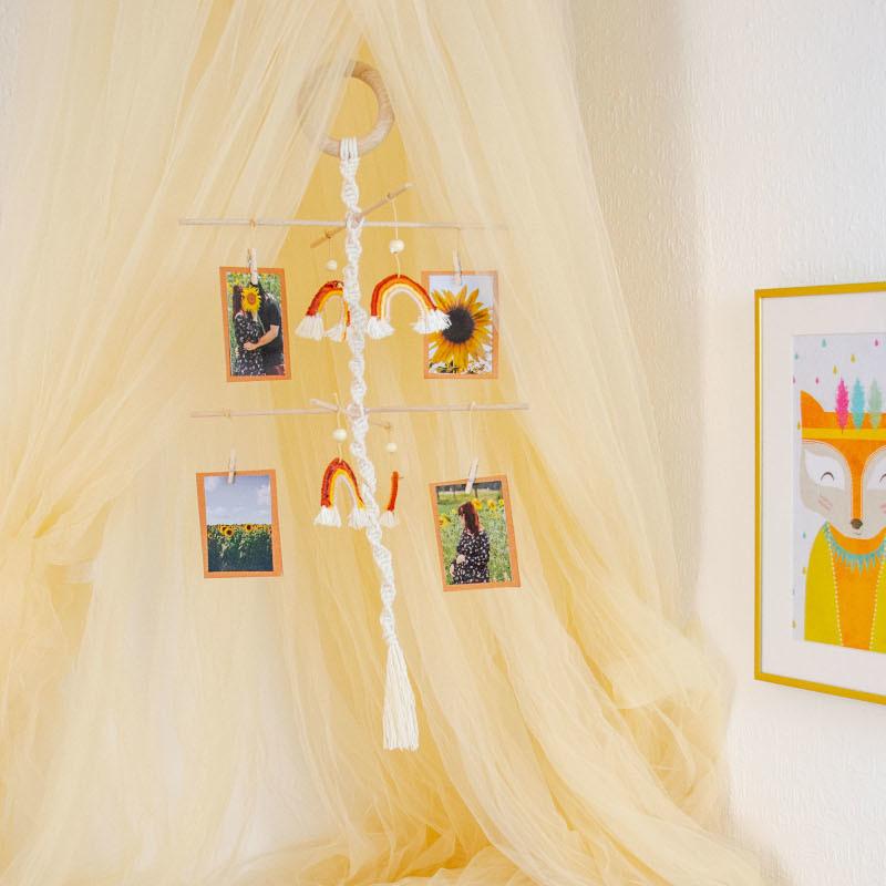 DIY-Mobile aus Baumwollgarn mit Fotos und Regenbögen.