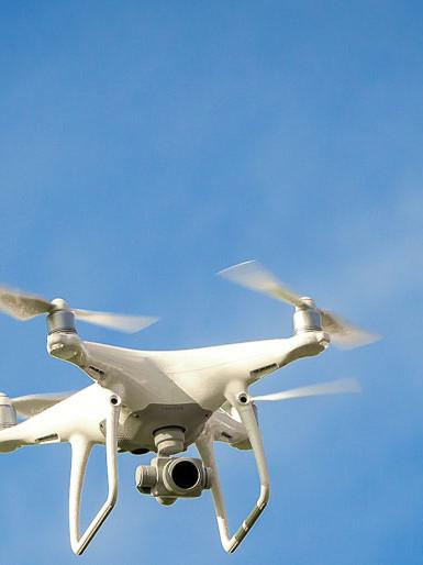Eine Drohne des Modells DJI Phantom 4 im Flug