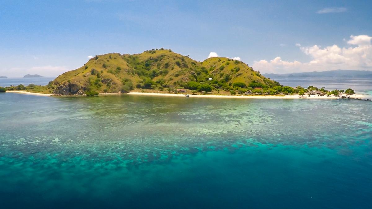 ein Drohnenbild von Kanawa Island in Indonesien