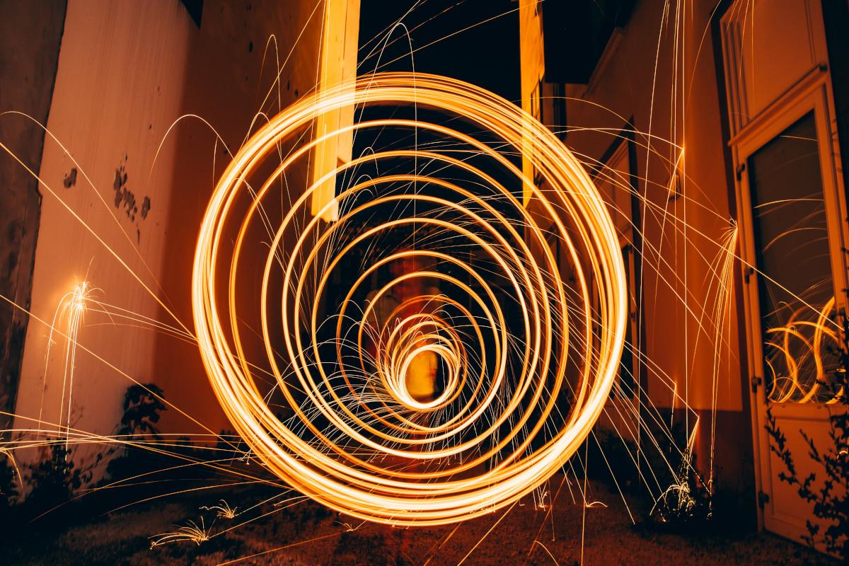 Leuchtspirale zwischen zwei Wänden