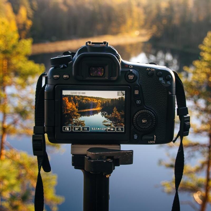 Landschaftsaufnahme mit Spiegelreflexkamera im Herbst