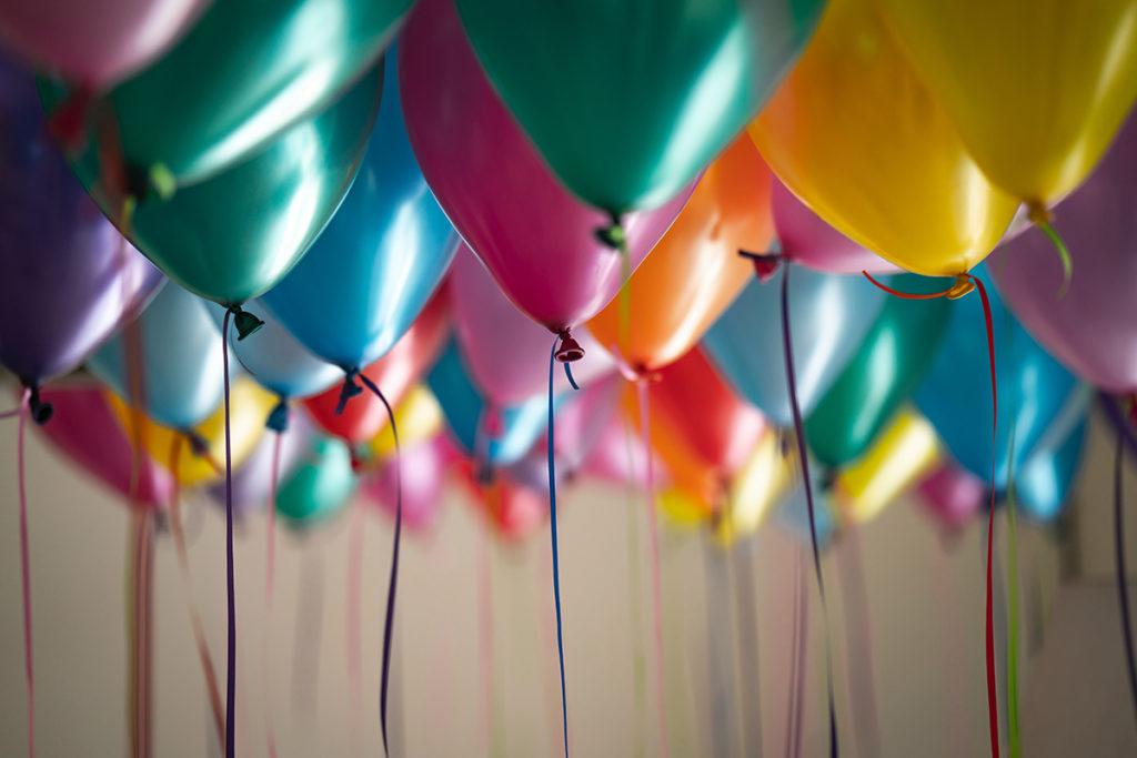 Bunte Luftballons schweben an der Decke