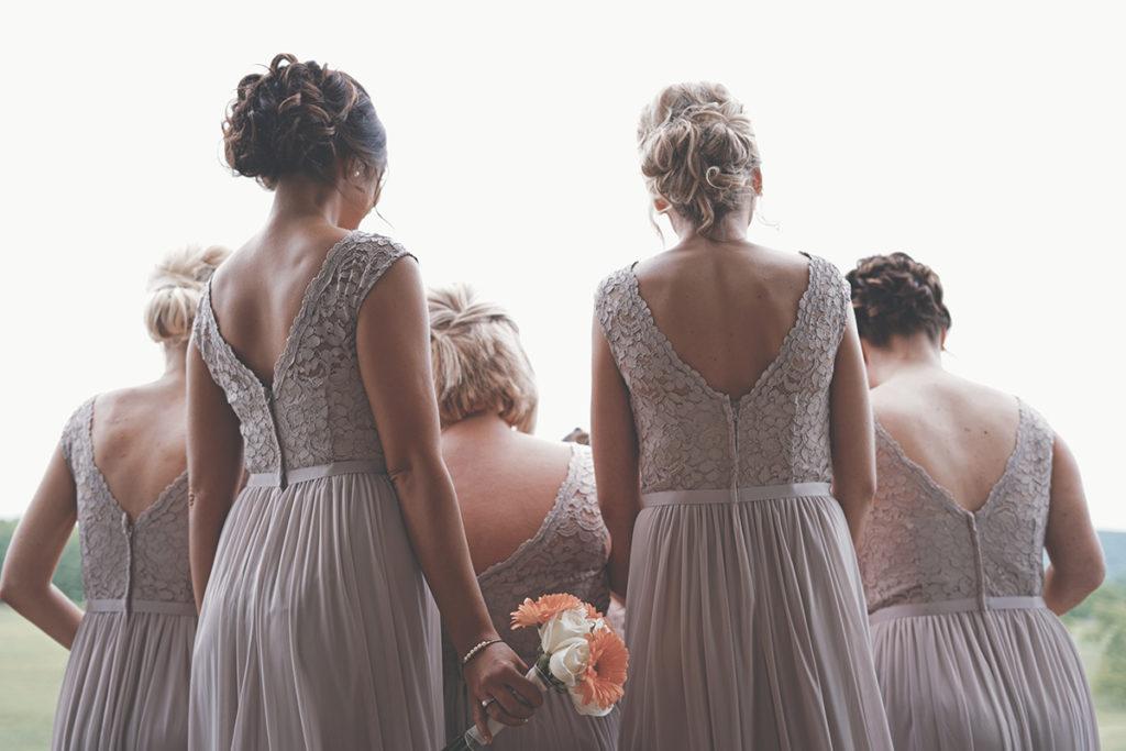 Brautjungfern versammelt mit dem Rücken zur Kamera