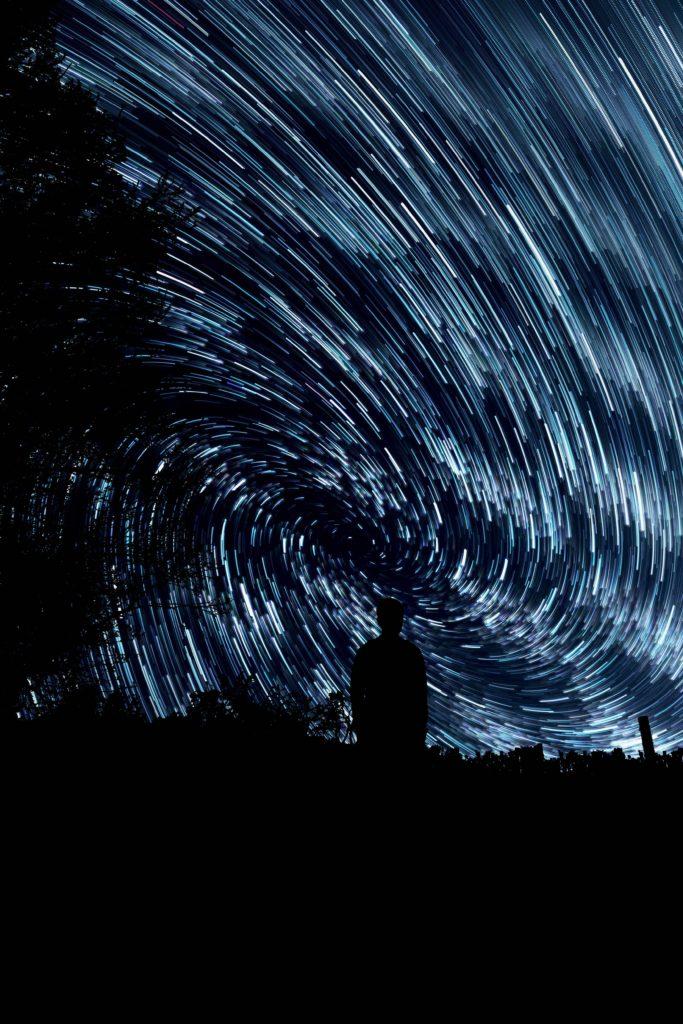 Durch lange Belichtungszeiten sieht man die Bewegung der Sterne in Form von Sternspuren