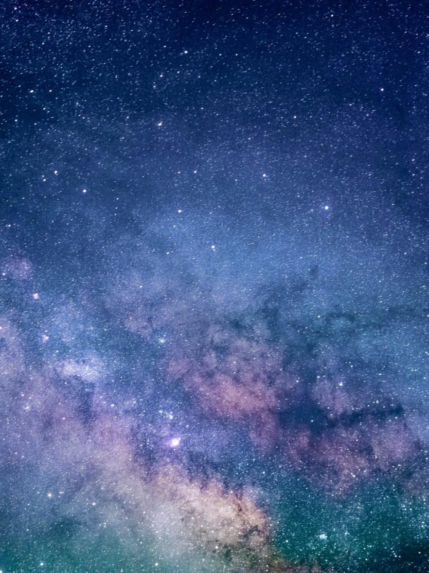 ein farbenfroher Sternenhimmel bei Nacht fotografiert