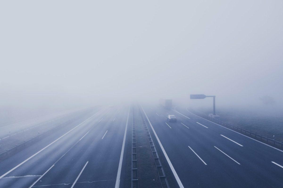 Die Autobahn verschwindet mysteriös im dichten Nebel.