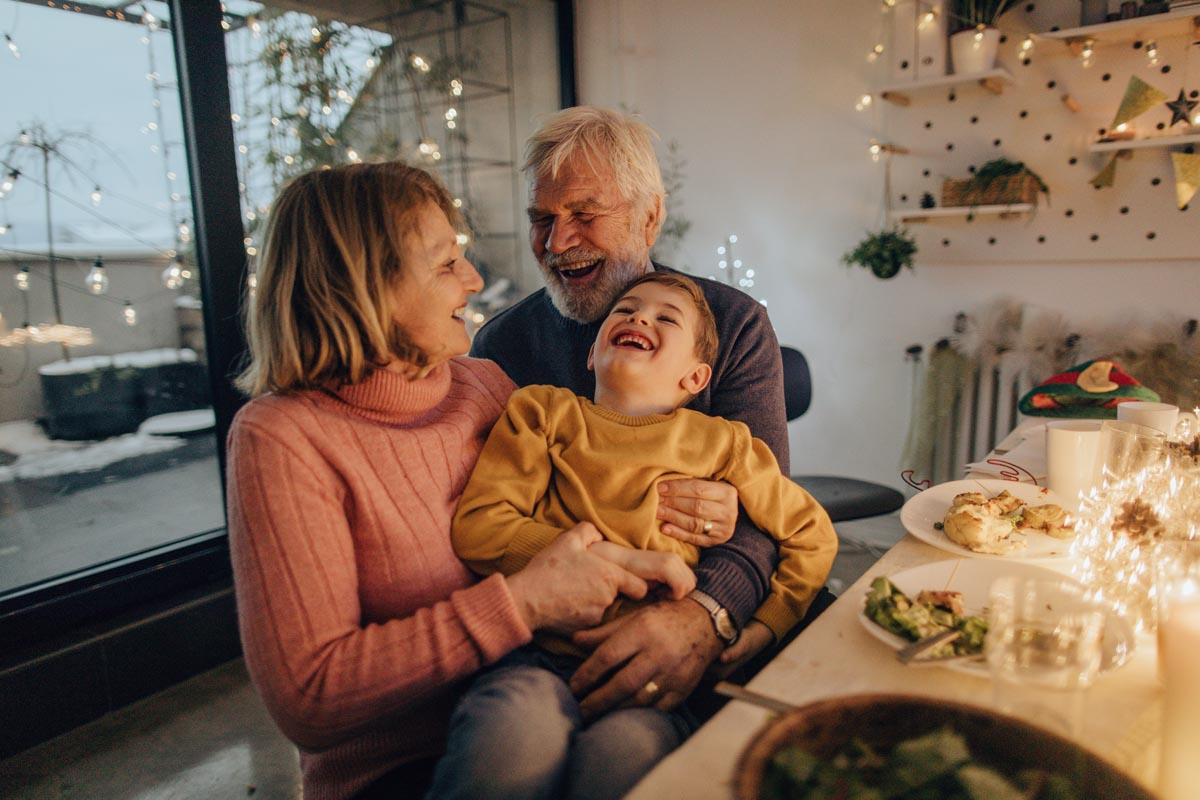 Großeltern mit Enkelkind beim Weihnachtsessen