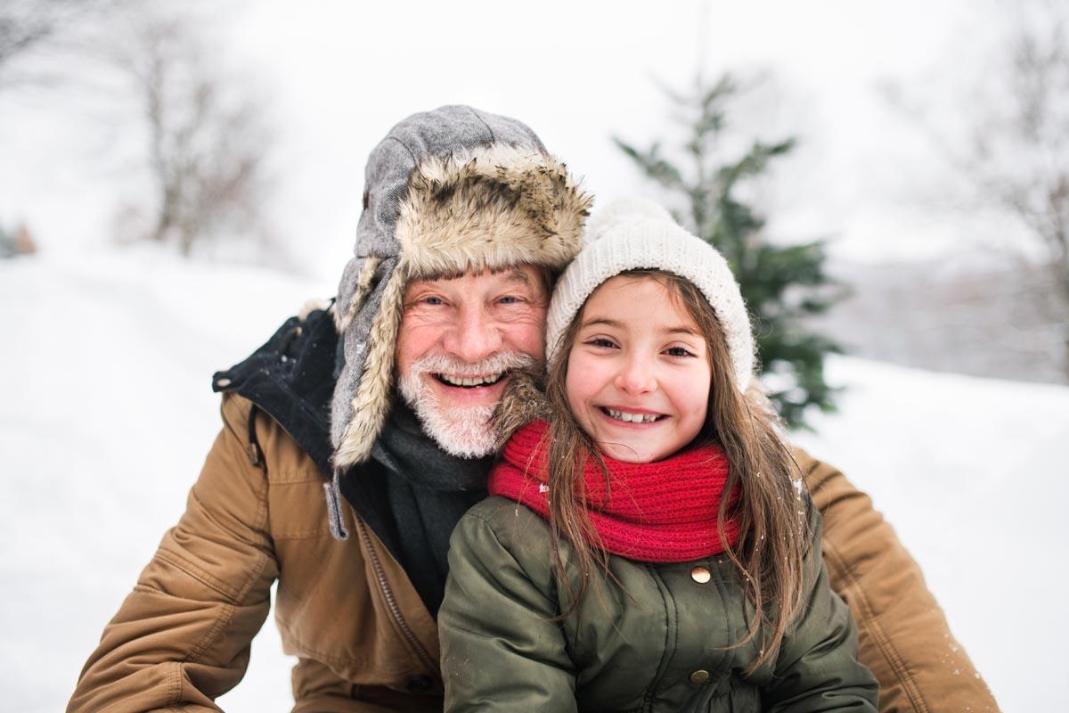 Opa mit Enkelkind im Schnee
