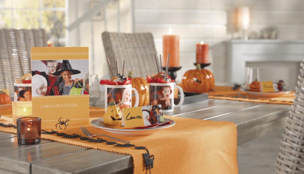 Halloween Tischdeko mit Kerzen, Menükarten, Tischkarten und Halloween Deko in Orange-Schwarz