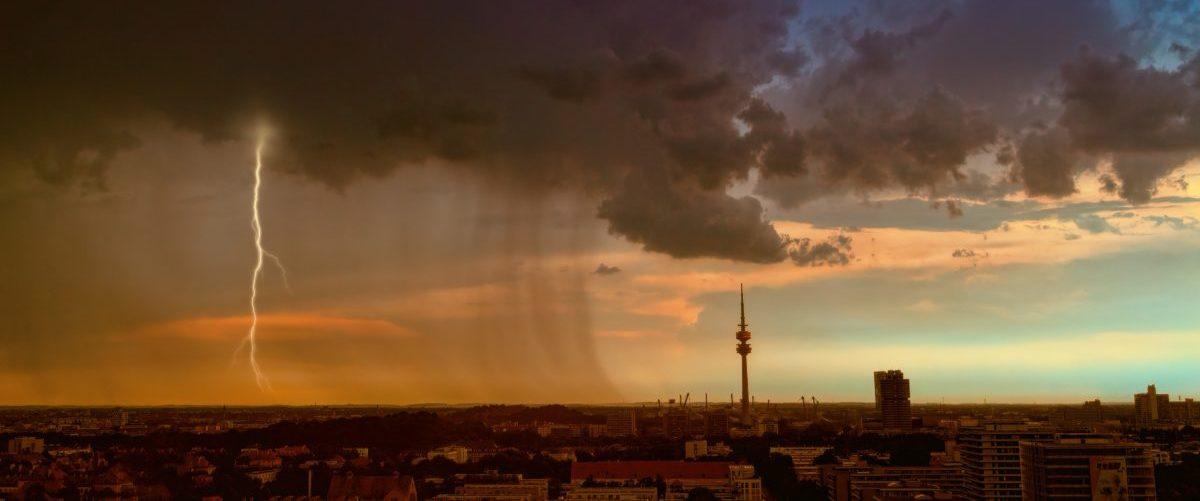 Über der Stadt zieht ein Gewitter auf. Der perfekte Moment für ein kontrastreiches Foto.