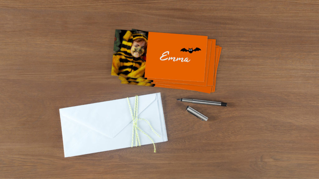 Gestalte Tischkarten mit den Namen der Gäste deiner Halloween Party