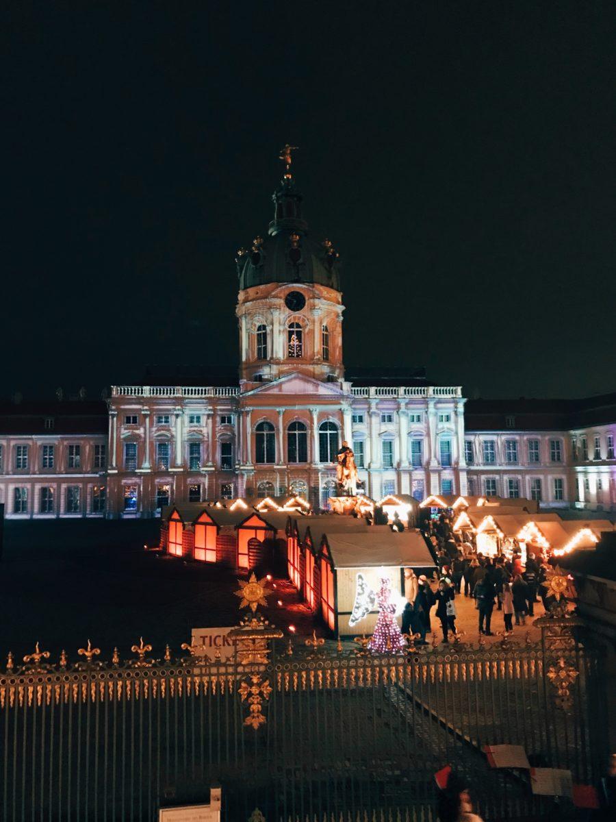 Der Weihnachtsmarkt am Gendarmenmarkt in Berlin ist einer von vielen, aber der schönste.