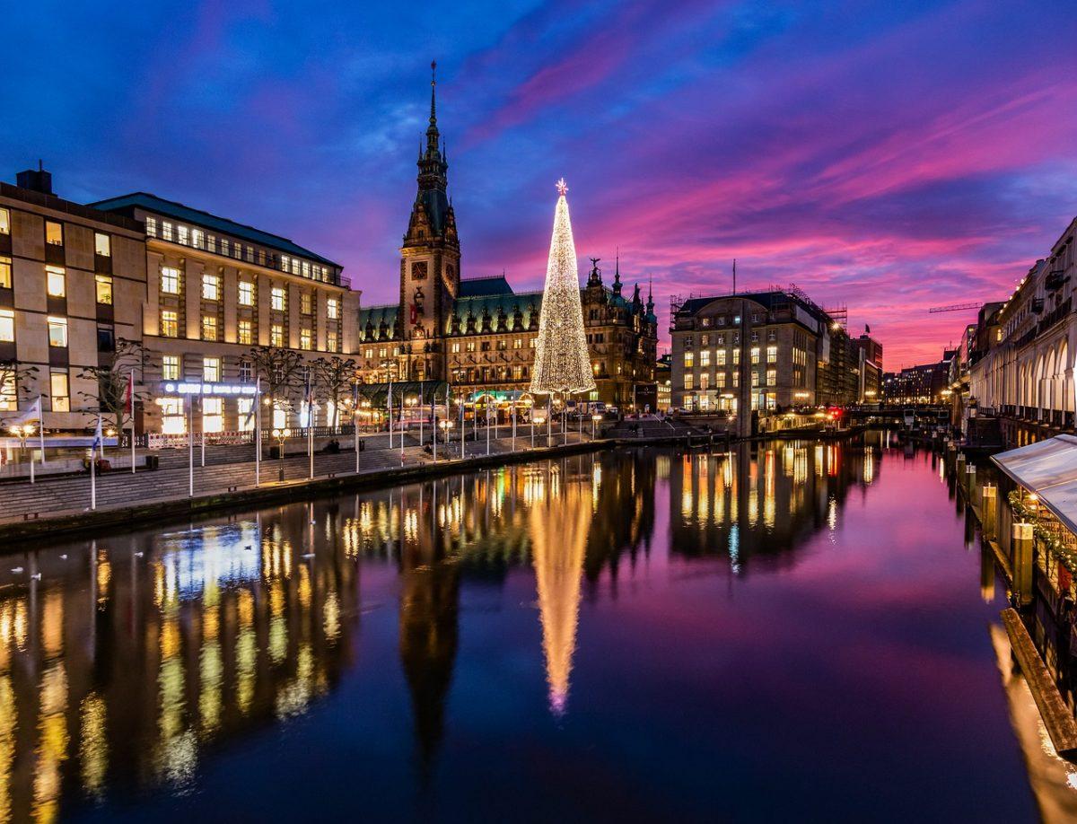 Der Weihnachtsmarkt in Hamburg ist direkt am Wasser und bietet tolle Möglichkeiten mit Spiegelungen zu arbeiten.