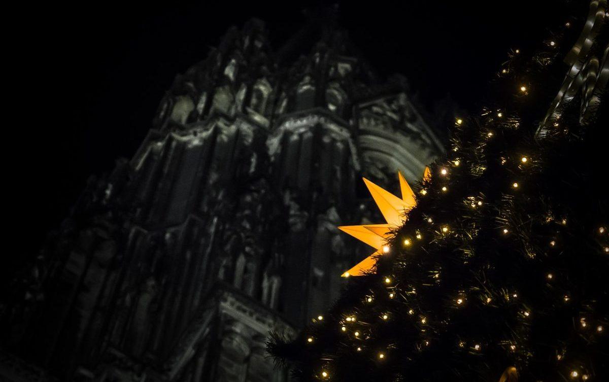 Der Kölner Dom ist normalerweise schon ein beliebtes Foto-Motiv. An Weihnachten bekommt er noch einen besonderen Charme.