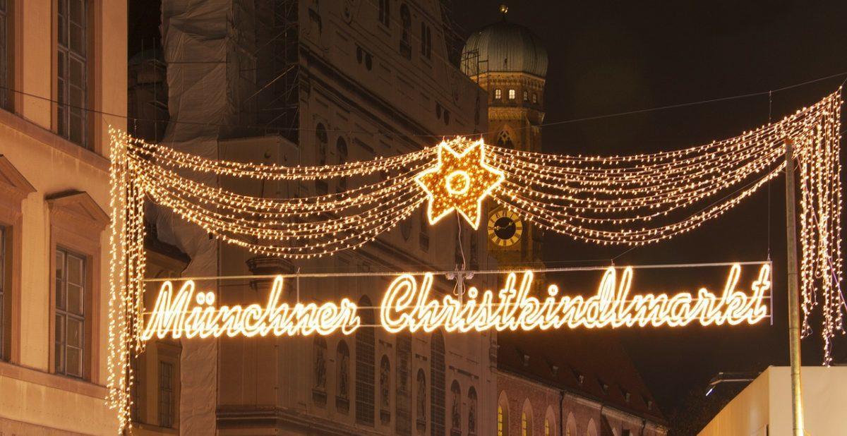 Die hellen Lichter eines Weihnachtsmarkt sind eine echte Herausforderung für FotografInnen.