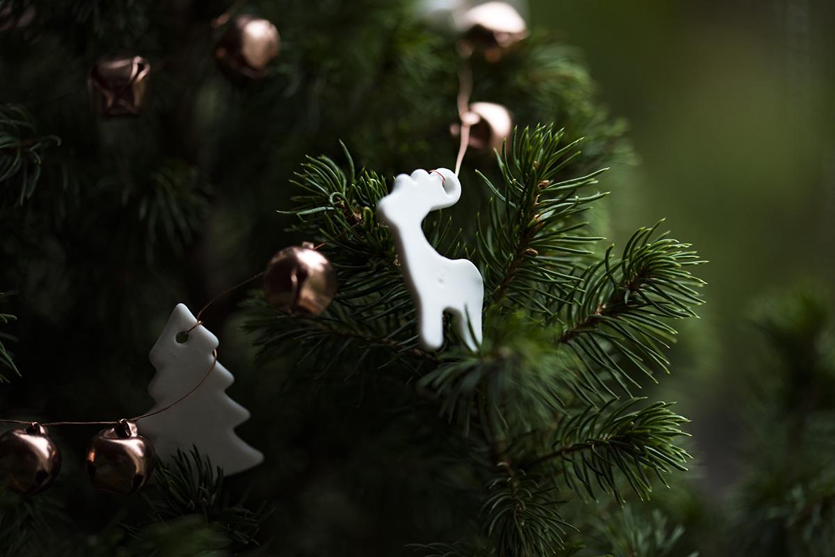Weihnachtsbaum mit weißen Rentieren und Tannenbaum Anhängern mit kleinen Glocken