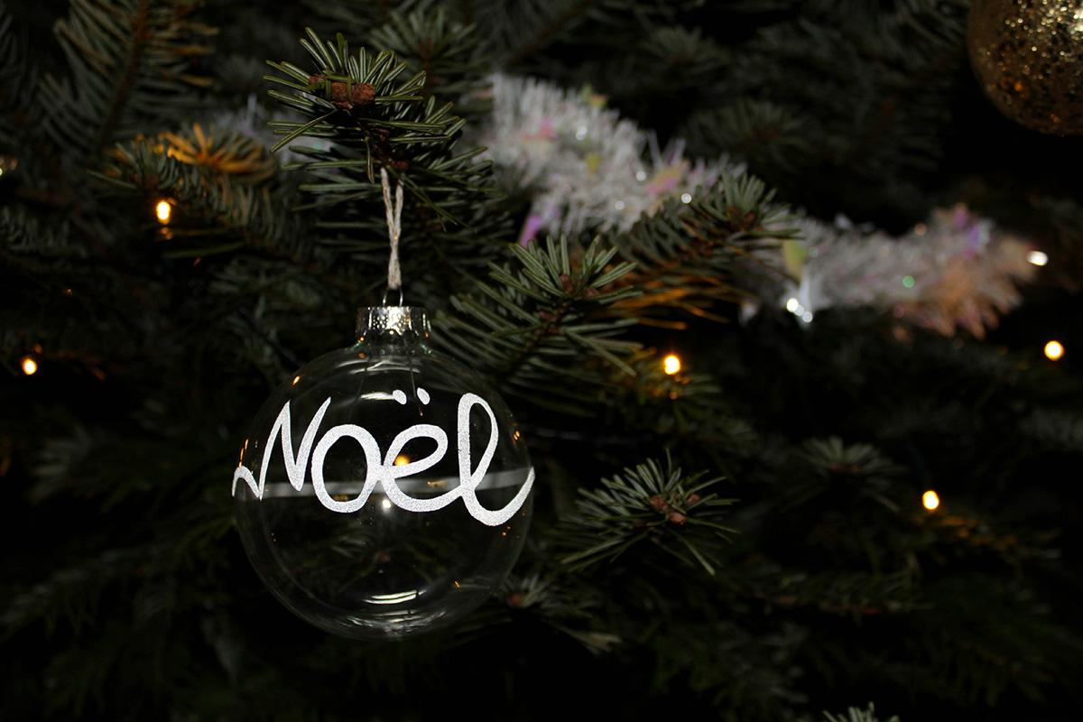 Glaskugeln mit weißer Aufschrift Noel