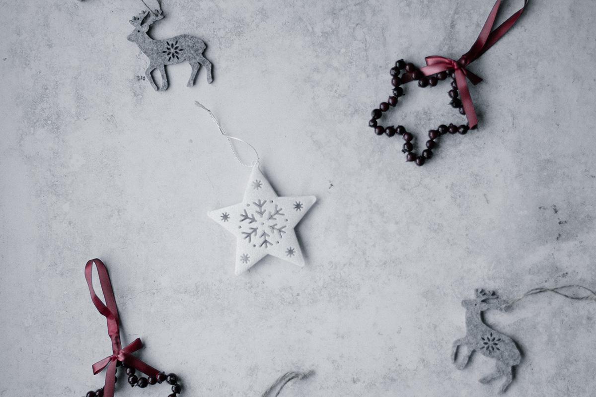 Sterne, Rentiere in weiß und grau als Anhänger