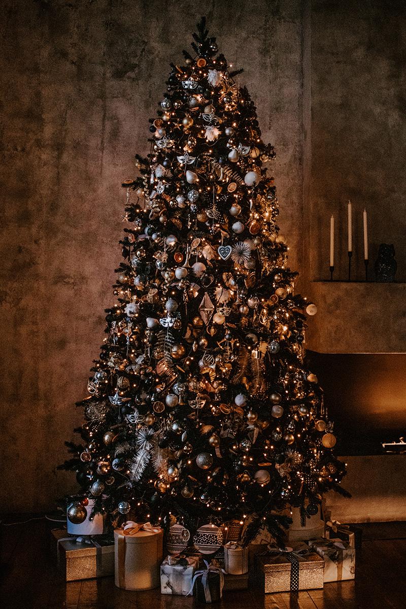 aufwendig geschmückter Weihnachtsbaum mit vielen Kugeln und Geschenken