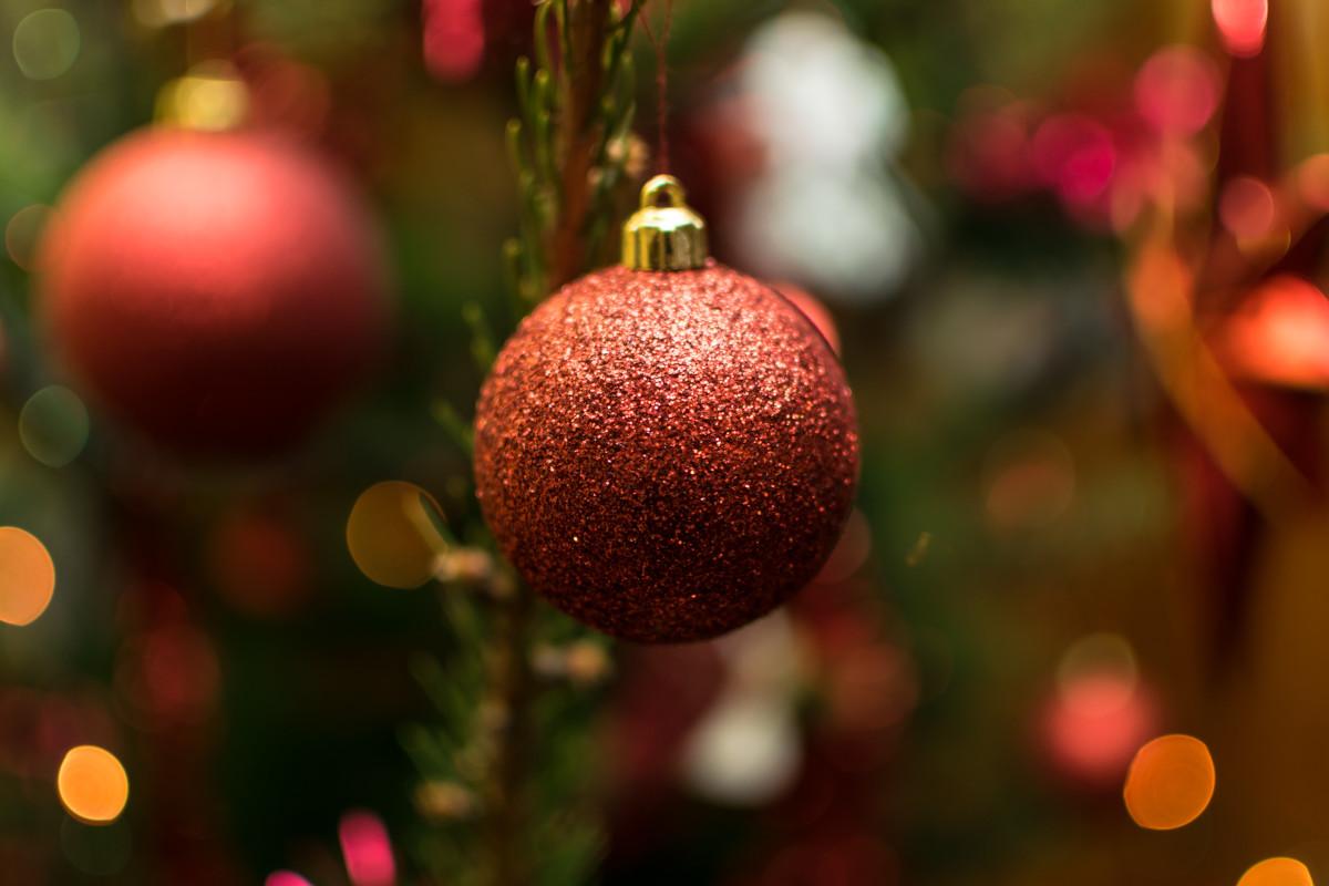 Nahaufnahme einer Weihnachtskugel